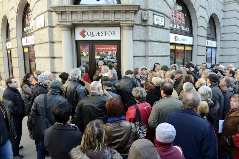 Budapest, 2015. március 10. Ügyfelek várakoznak a Quaestor Értékpapír-kereskedelmi és Befektetési Zrt. ügyfélszolgálati irodája elõtt az V. kerületi Báthori utcában 2015. március 10-én. Részlegesen felfüggesztette a Quaestor tevékenységi engedélyét a Magyar Nemzeti Bank (MNB), miután célvizsgálata során a társaságnál szabálytalanságokat észlelt. Az elõzõ napon a Quaestor Financial Hrurira Kft. öncsõdöt jelentett. MTI Fotó: Kovács Tamás
