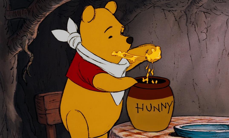 Winnie_the_Pooh_is_eating_honey