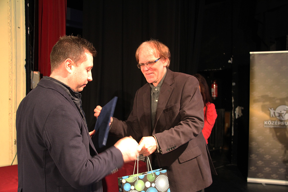 A pályázat nyertese, Gádoros Géza átveszi a legjobbnak járó díjat Dusza Tibor festőművésztől.