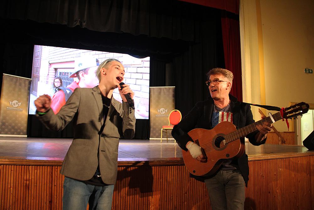 Delhusa Gjon és a Középsuli sorozat Olivérje együtt is elénekeltek egy dalt.