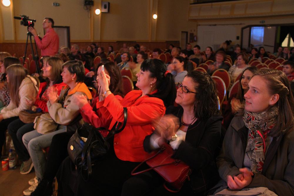 A közönség élvezi az előadást