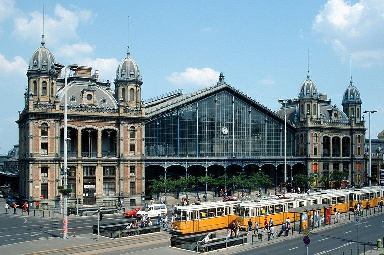 1280px-Budapest_nyugati_trams