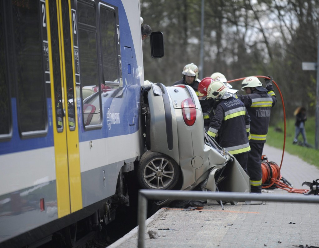 Tûzoltók egy vasúti átjárónál Vicziántelepen, ahol személyautó ütközött egy Vácról Budapestre tartó vonattal 2016. május 16-án. A balesetben egy ember megsérült. MTI Fotó: Mihádák Zoltán