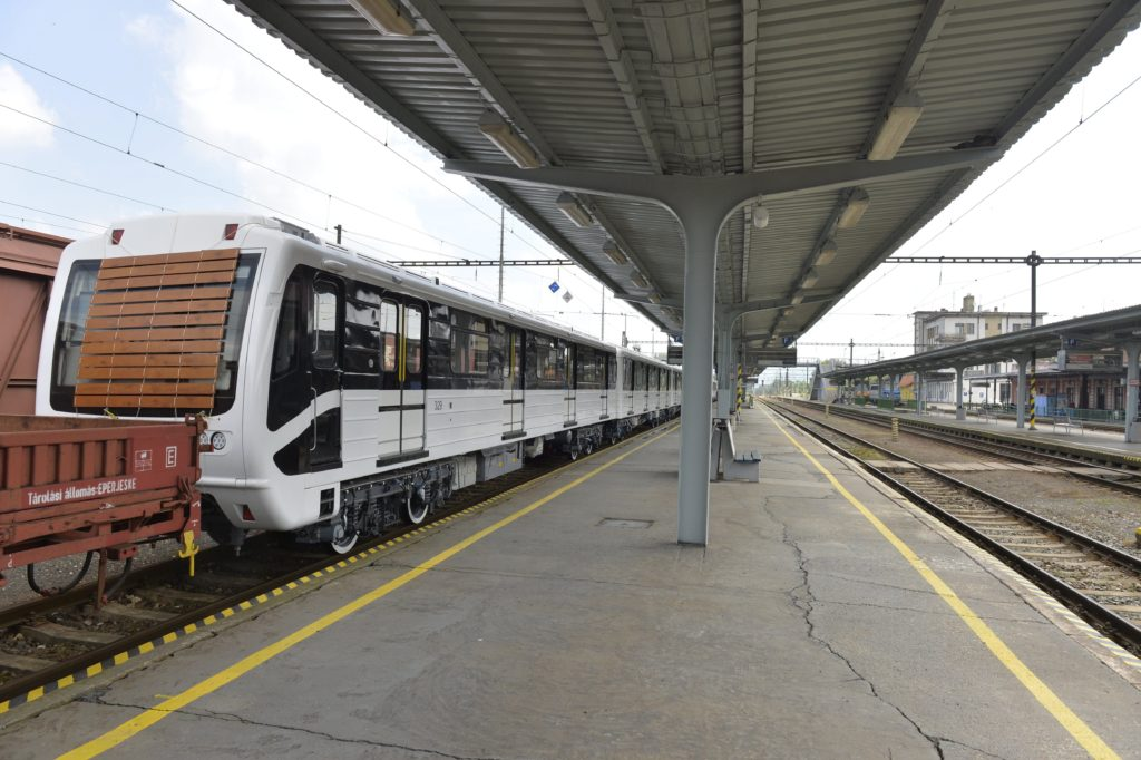 A budapesti 3-as metróvonal Moszkvában felújított, Magyarországra tartó metrószerelvényei a párkányi vasútállomáson 2016. május 25-én. MTI Fotó: Máthé Zoltán
