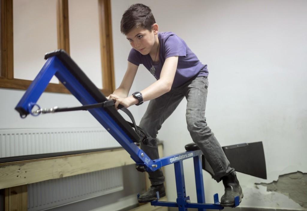 Varga Mátyás, az Alagi Zsokéiskola tanulója egy versenyló szimulátoron gyakorol az Alagi Versenyló Tréningközpontban. MTI Fotó: Mohai Balázs
