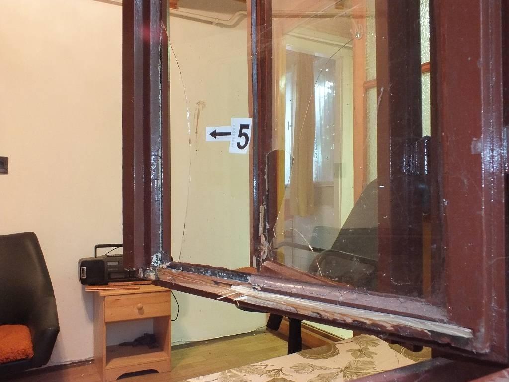 Betörés, lopás, befeszített ablak. Police.hu felvétele.