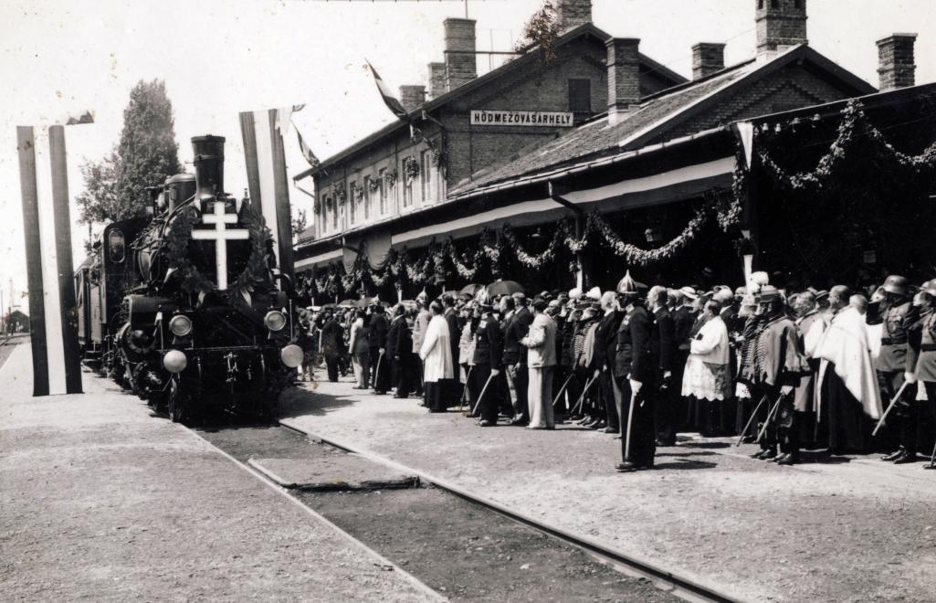 Hódmezővásárhely a Szent Jobbot szállító szerelvény, az Aranyvonat érkezése. A felvétel 1938. június 27-én készült. Fortepan felvétele.