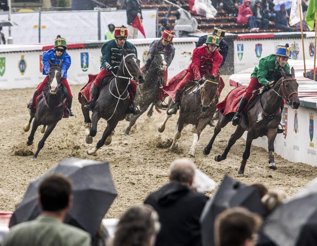 Lovasok versenyeznek a Nemzeti Vágta előfutamában a Hõsök terén. Szabó Niki a kép baloldalán, éppen előzés közben. MTI Fotó: Szigetváry Zsolt