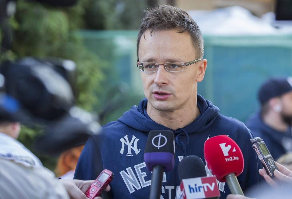 Szijjártó Péter külgazdasági és külügyminiszter nyilatkozik a sajtónak az illegális bevándorlásról Békéscsabán 2015. október 24-én. MTI Fotó: Rosta Tibor