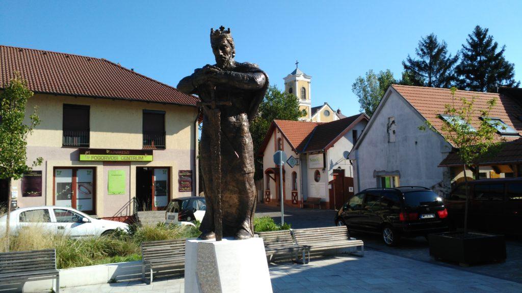 IV. Béla szobra a főtéren