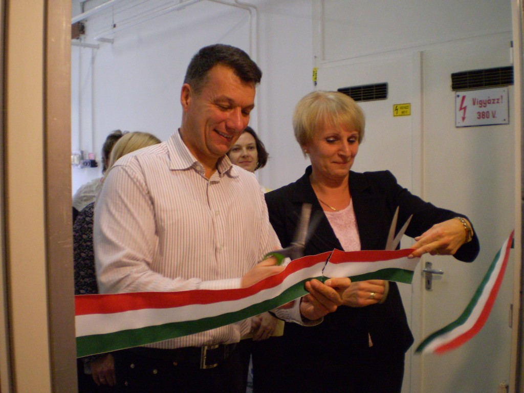 Szabóné Ónodi Valéria és Dióssi Csaba jókedvűen átvágja a szalagot