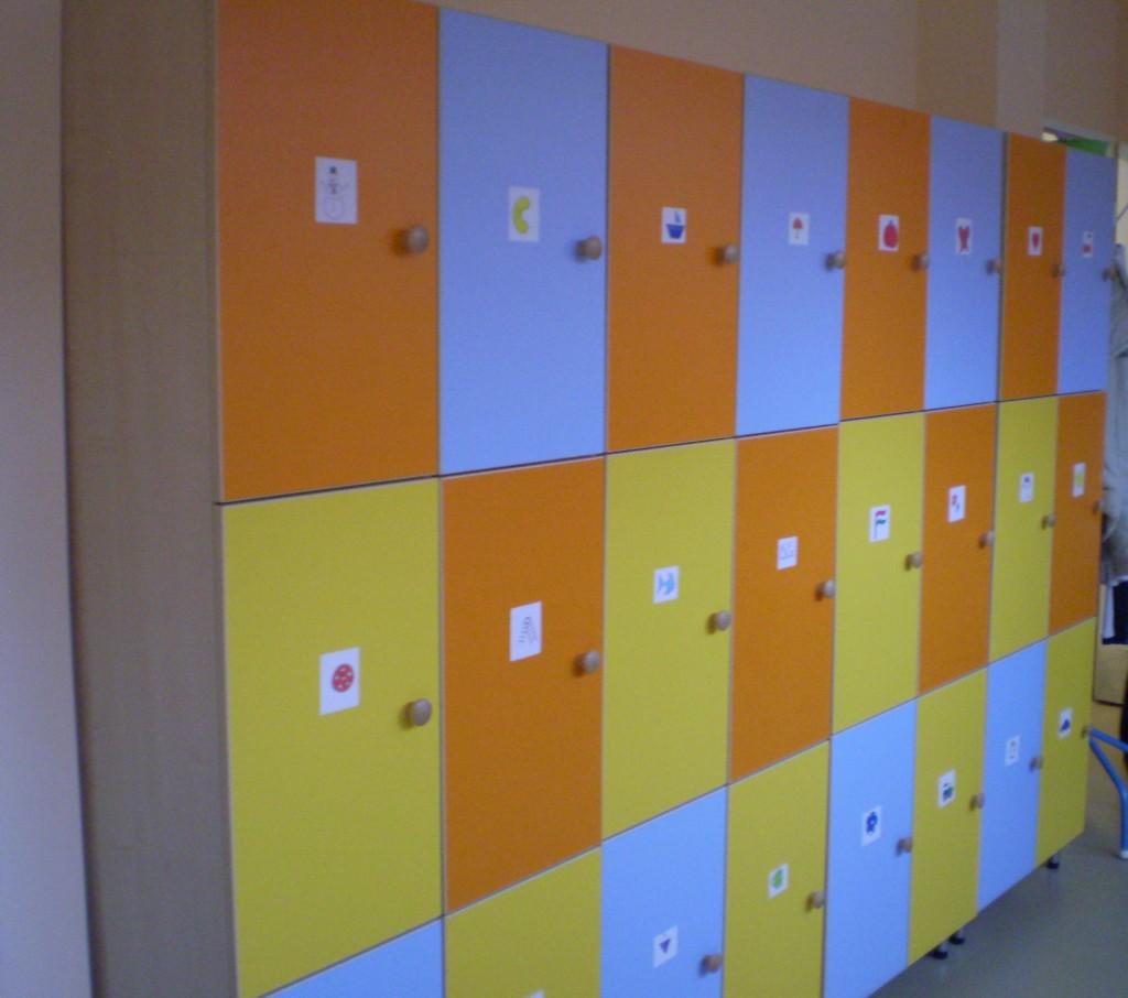 Színpompás, vidám szekrényeknél öltözhetnek a kisgyermekek