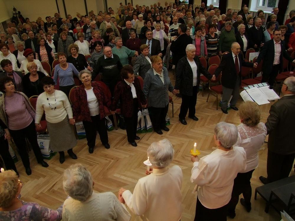 A műsor végén mindenki megfogta egymás kezét, és így énekeltek