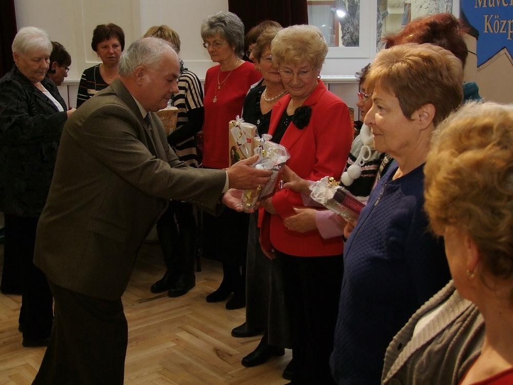 Zupka Sándor, a klub vezetője a klubtársai nevében mindenkinek adott ajándékot, aki segítette a kis közösségük életét