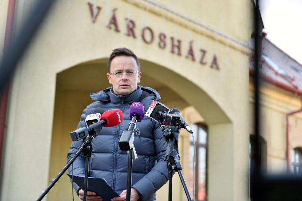 Szijjártó Péter külgazdasági és külügyminiszter sajtótájékoztatót tart Dunakeszin, a városháza elõtt. MTI Fotó: KKM
