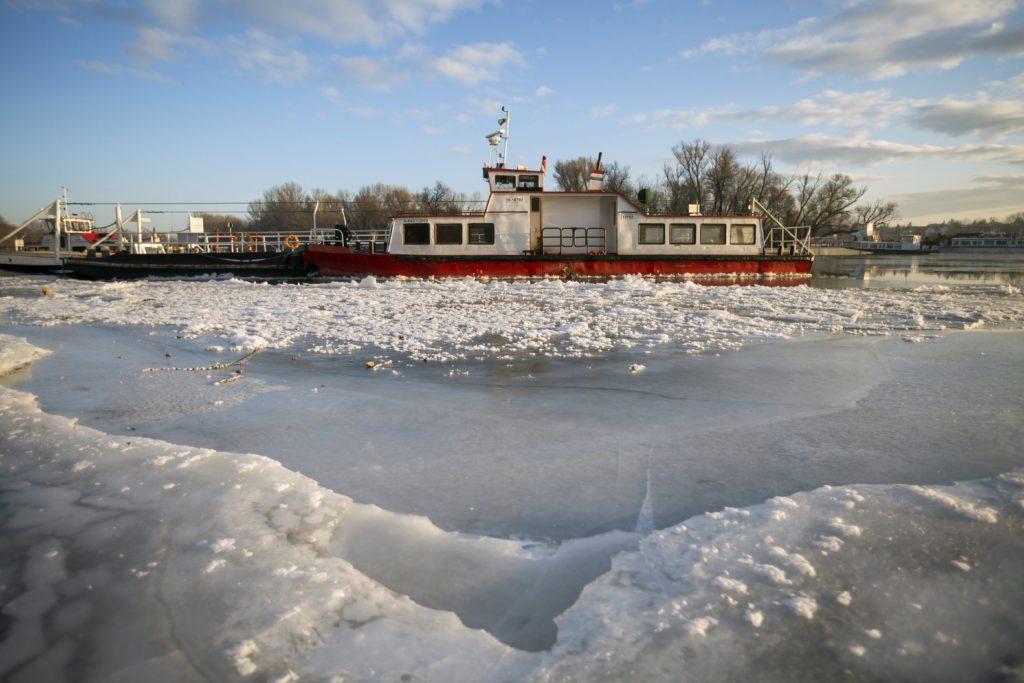 A jégzajlás miatt a kikötőben veszteglő, a Dunakeszi és Horány között közlekedő komp. MTI Fotó: Mohai Balázs