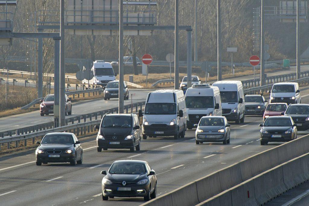 A veronai buszbaleset 16 halálos áldozatának holttestét szállító konvoj az M1-M7 autópálya bevezetõ szakaszán a fõváros felé 2017. február 4-én. Január 20-án éjjel az olaszországi Verona közelében balesetet szenvedett egy magyar fiatalokat szállító busz, tizenhatan meghaltak, huszonhatan megsérültek. MTI Fotó: Lakatos Péter