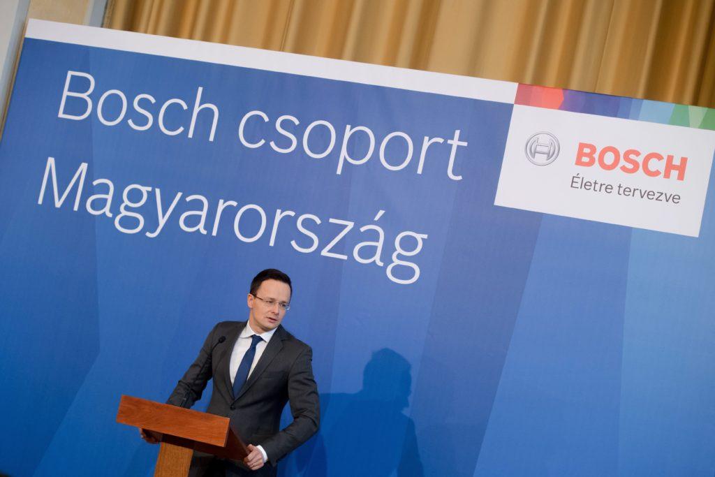 Szijjártó Péter külgazdasági és külügyminiszter Budapesten, a Külgazdasági és Külügyminisztériumban tartott sajtótájékoztatón, amelyen bejelentették, hogy Közép-kelet-európai regionális logisztikai központot telepít 2018-tól Hatvanba a Bosch. A beruházással 250 új munkahelyet hoznak létre. MTI Fotó: Koszticsák Szilárd