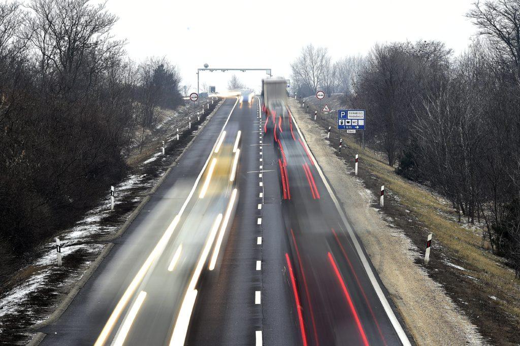 Várhatóan áprilisban kezdődik az építkezés és 2019-ben fejeződik be. A fejlesztést követõen Budapest és Vác között végig óránként 110 kilométerrel lehet majd haladni. MTI Fotó: Kovács Tamás